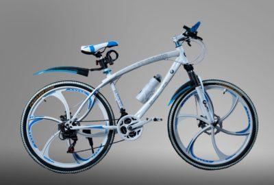 Велосипед на литых дисках BMW Белый